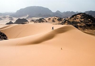 Đụn cát đẹp ngoạn mục ở dãy núi Acacus - Ảnh: Wikipedia