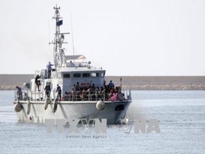 Người di cư được đưa tới căn cứ hải quân ở Tripoli, Libya, sau khi được cứu trên biển ngày 6/5. Ảnh: THX/TTXVN