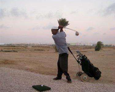 Chơi golf trên sân cát ở Tripoli Golf Club