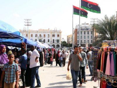 Người dân Libya mua sắm tại quảng trường Martyrs ở thủ đô Tripoli, ngày 18/10. (Nguồn: AFP)