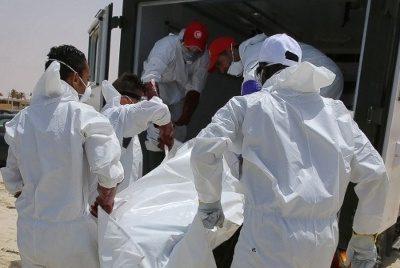 Xác người tị nạn dạt vào bờ biển Zuwarah, Libya.