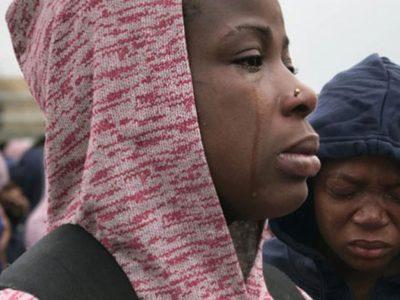 Một phụ nữ bật khóc khi được thông báo phải về nước một mình do chồng chị chưa được cấp đủ giấy tờ