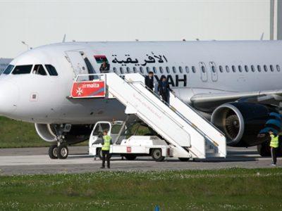 Các phi hành đoàn được không tặc trả tự do tại sân bay quốc tế Malta ở Luqa ngày 23/12. EPA/ TTXVN