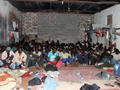 Những người di cư trái phép bị bắt giữ trong chiến dịch truy quét ở thủ đô Tripoli, Libya ngày 17/4. THX/TTXVN