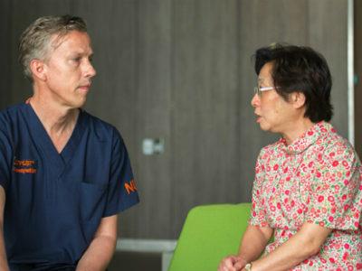 Giáo sư, bác sĩ Mikael Hartman tư vấn chữa bệnh ung thư vú cho bệnh nhân.