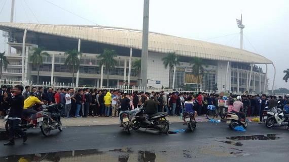 Người hâm mộ xếp hàng mua vé AFF Cup 2018 tại sân Mỹ Đình
