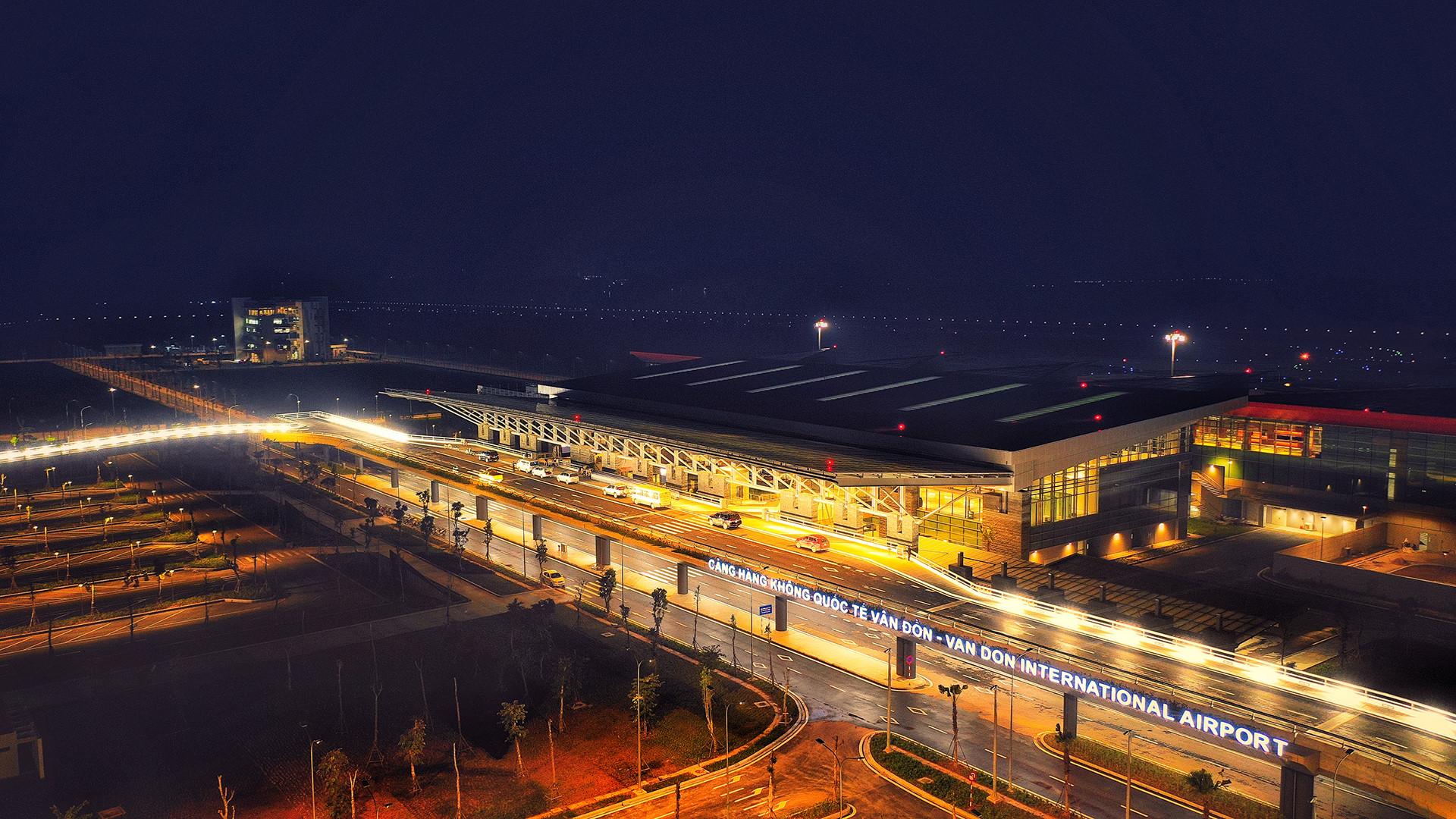 Cảnh đêm cảng Vân Đồn