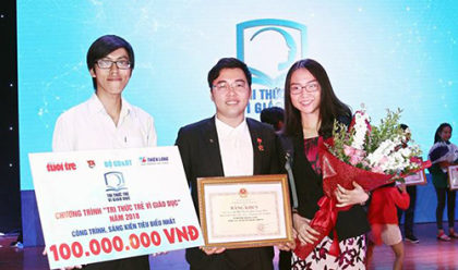 """Thanh cùng nhóm bạn được trao giải thưởng trong chương trình """"Tri thức trẻ vì giáo dục""""."""