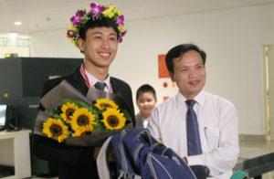 Nguyễn Thế Quỳnh cùng thầy giáo