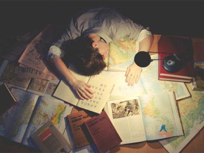 cậu học trò ngủ gục trên bàn vì ôn thi