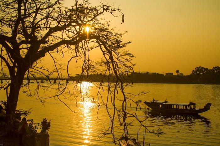 sông Hương và con đò