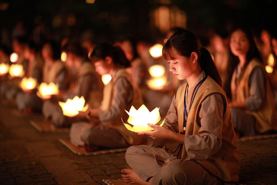 Phật tử và hoa đăng