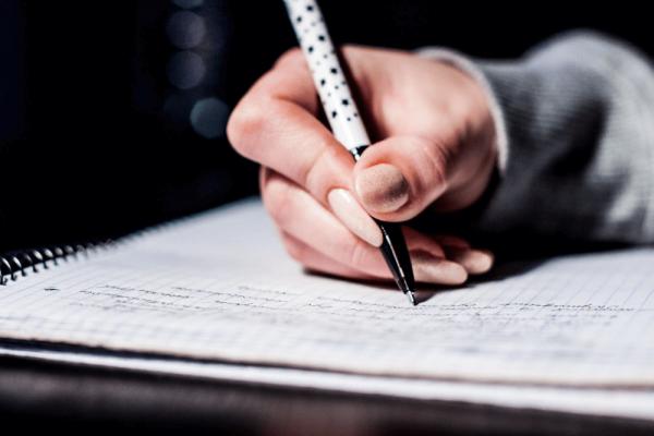 Cần nắm vứng bố cục mở bài essay