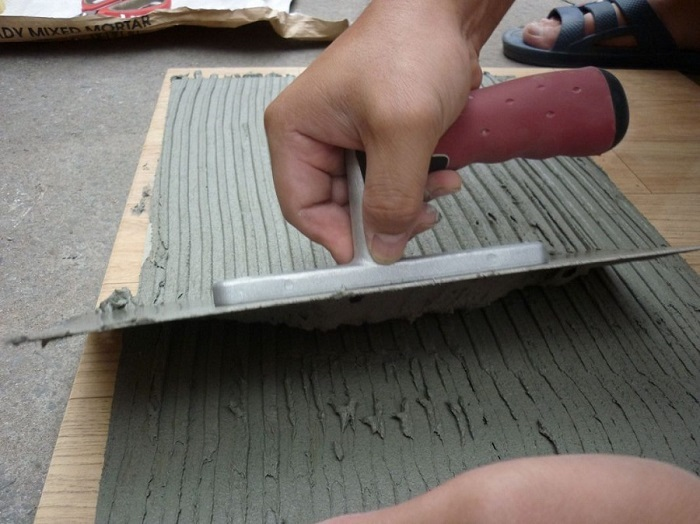 trộn và trải keo dán gạch