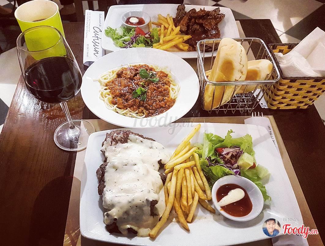 Beefsteak Pháp thường ăn kèm với salad và rượu vang tại Cutisun Restaurant