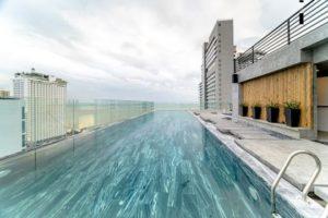 Bạn có thể đắm mình vào làn nước trong vắt, thư giãn xóa tan những căng thẳng mệt mỏi tại hồ bơi vô tận ở Potique Hotel