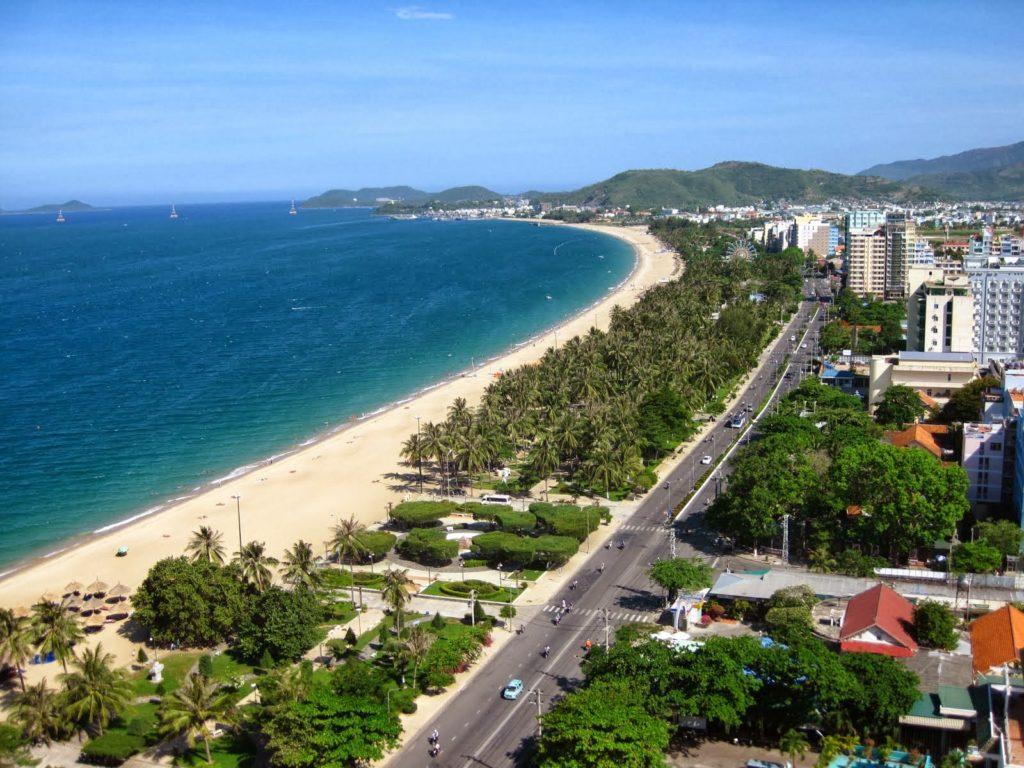 """Từ trên cao nhìn xuống, bãi biển Nha Trang uốn lượn như lưỡi liềm bằng bạc, ôm trọn lấy vịnh biển xanh như """"viên ngọc"""""""