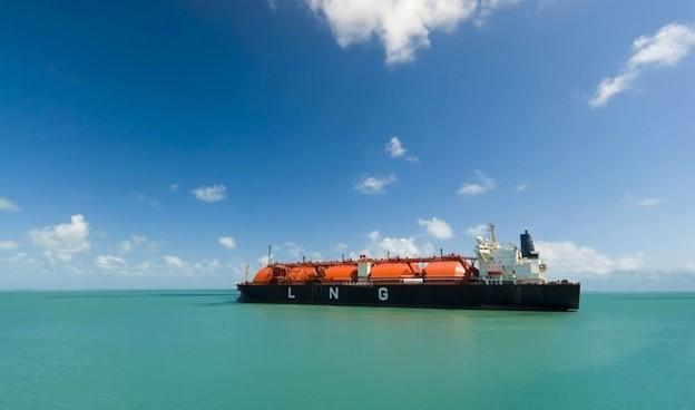 LNG được tích chứa trong các bồn chứa dung tích lớn, chúng được vận chuyển bằng tàu hàng cỡ lớn.